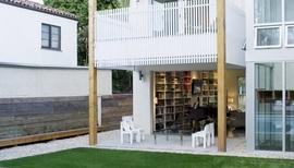 リビング,庭,全開放,本棚,作り付け,作り付けの巨大本棚